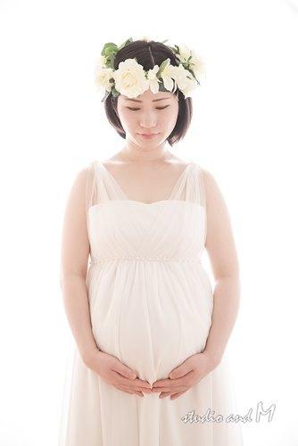 総レースなホワイトドレスのマタニティフォト衣装
