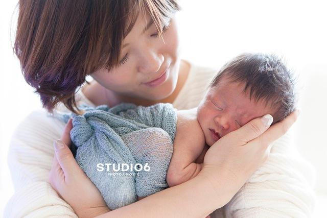 ママの手に乗っかって眠る赤ちゃん