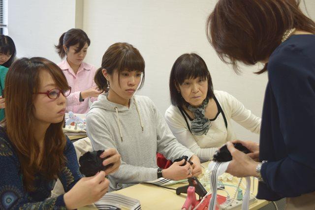 手作りレッスンで生徒さんが集中