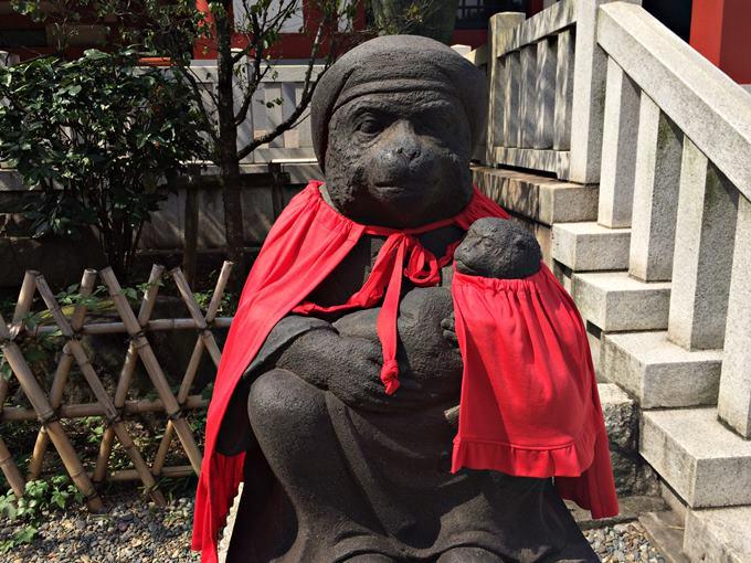 子猿をだっこする日枝神社の猿