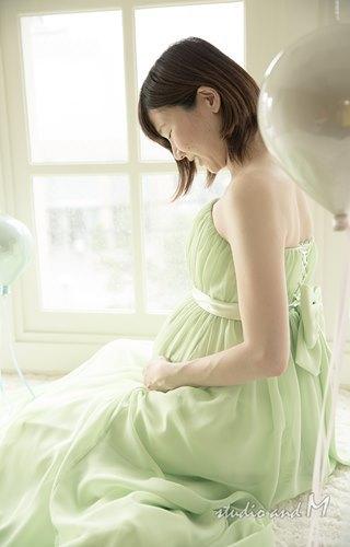 ライトグリーンの若々しいマタニティフォト衣装