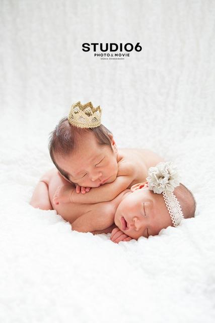 頭にティアラとお花をつけた赤ちゃん